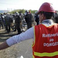 """Francia, polizia sblocca depositi petroliferi. Hollande: """"Protesta non strangolerà..."""
