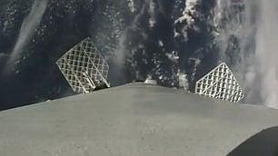 Dallo spazio in soggettiva: il razzo atterra al centro della piattaforma