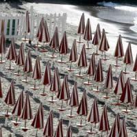 Spiagge, in 15 anni stabilimenti raddoppiati: uno ogni 400 metri. I Verdi: c'è anche la...