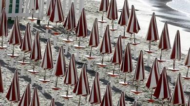 Spiagge, l'invasione degli stabilimenti I Verdi: c'è mafia dietro privatizzazione