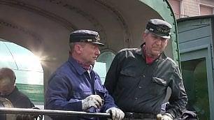 Tutti in carrozza, la gita al lago sulla vecchia locomotiva a vapore