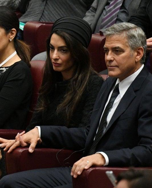 L'eleganza di Amal da papa Francesco: accompagna Clooney per l'Ulivo della pace