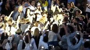 Ingresso a sorpresa all'Arena Adele canta ''Hello'' dalla platea