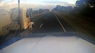 Il sorpasso più stupido a due camion affiancati