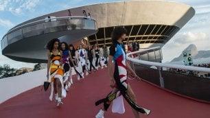 Rio: la sfilata-evento nel museo di Niemeyer