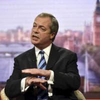 """Nigel Farage: """"Ora basta immigrati, ci tolgono ricchezza, la Gran Bretagna deve blindare i..."""