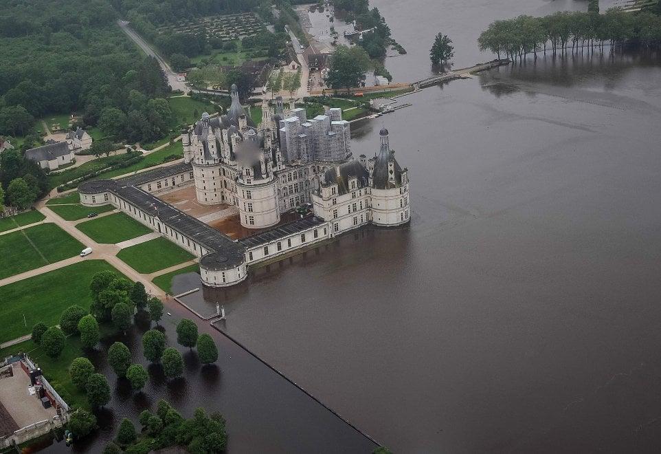 Maltempo in Francia, nella Loira il castello di Chambord circondato dall'acqua