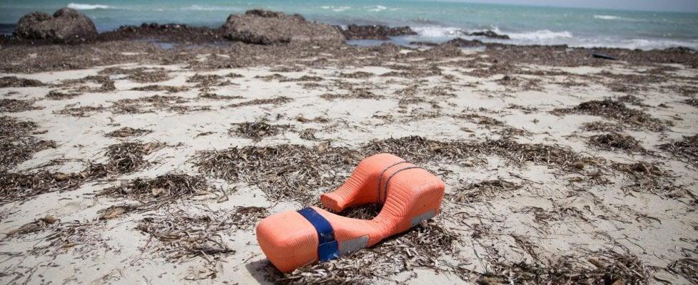 Migranti, naufragio in Grecia: 9 morti, salvi 350. Strage in Libia, 117 cadaveri a Zuwara
