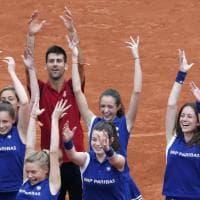 Parigi, il balletto di Djokovic con le raccattapalle dopo il trionfo al Roland Garros