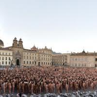 Il ritorno di Spencer Tunick: in 6mila a Bogotà per il fotografo dei nudi