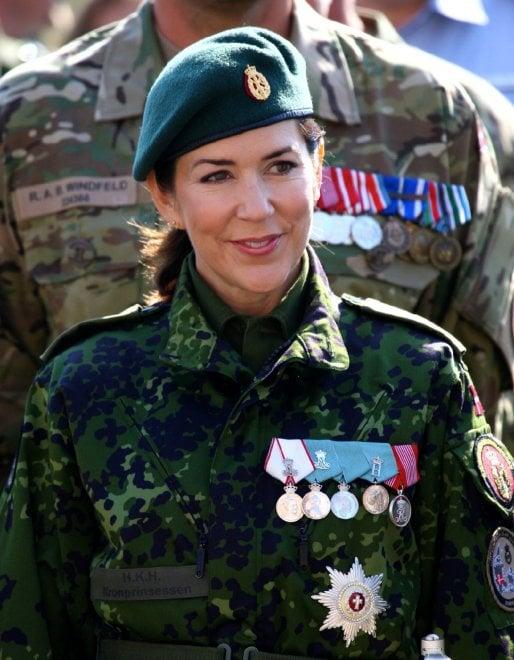 Danimarca, la principessa Mary alla parata militare: in mimetica tra i soldati