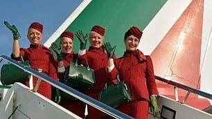 Alitalia, l'esordio delle nuove divise: le hostess vestono in rosso