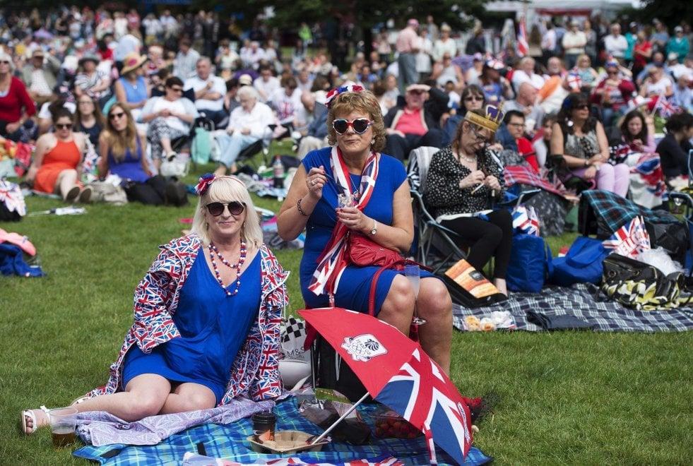 Londra, maxi picnic per la regina: in diecimila sul viale di Buckingham Palace