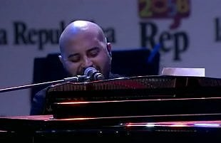 Il medley piano e voce di Sangiorgi