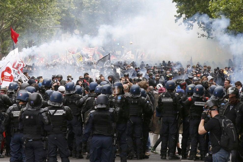 Parigi, riforma del lavoro: scontri e feriti al corteo