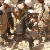 I ragazzi che cercano i vivi sotto le macerie della guerra