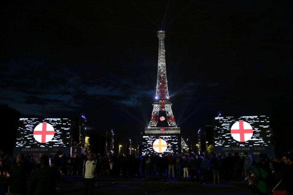 Omicidio Jo Cox, la Torre Eiffel s'illumina con i colori della bandiera inglese