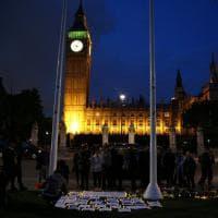 Londra, veglia davanti al Parlamento: centinaia di inglesi salutano la deputata Joe Cox
