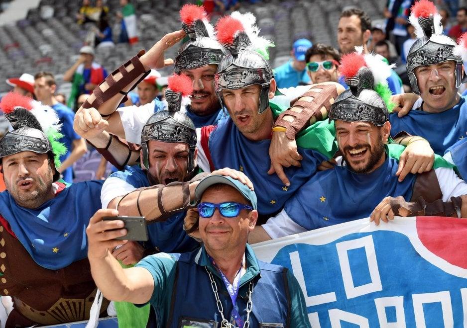 Euro 2016, il tifo di Italia e Svezia: centurioni e vichinghi sugli spalti