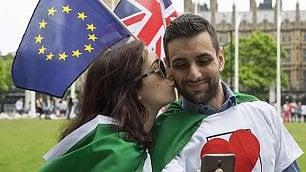 Brexit, da Roma a Londra una catena di baci per dire no alluscita dallEuropa