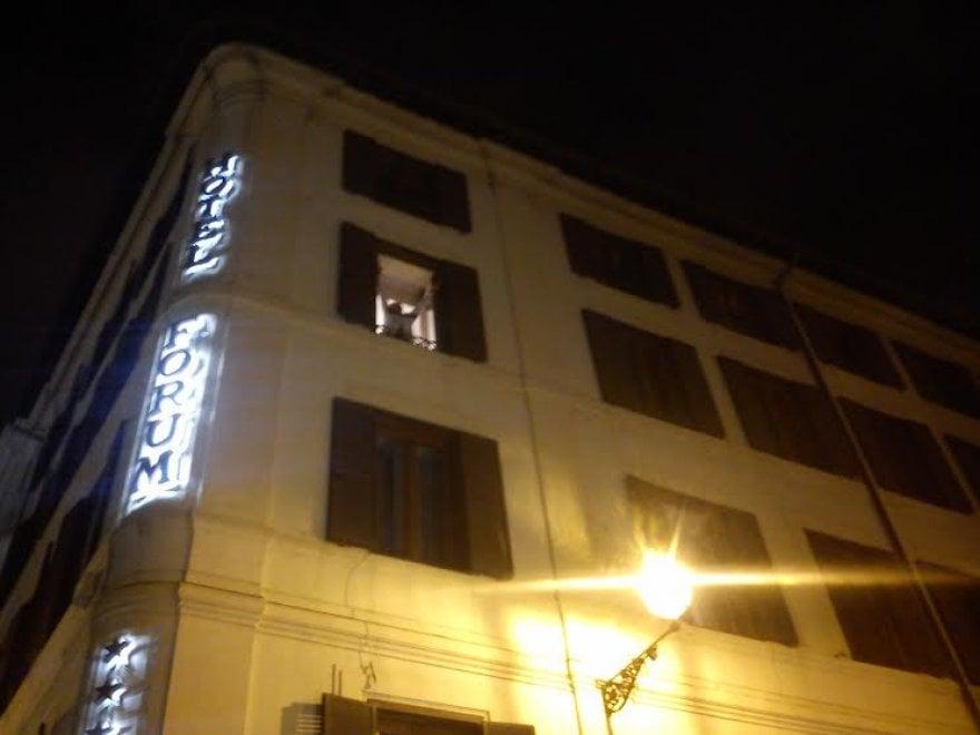 Roma, Grillo show dalla finestra dell'albergo