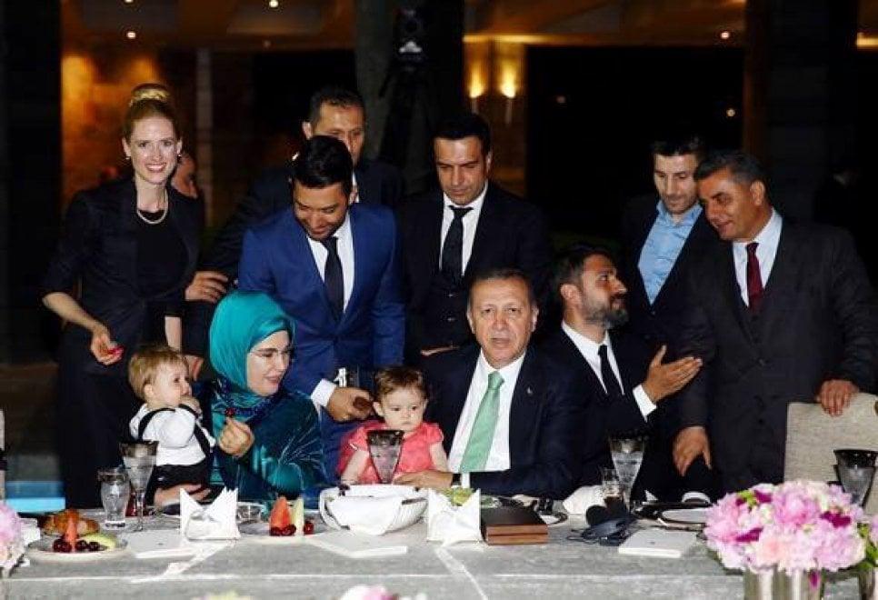 Vietata la gay parade ma erdogan cena con la trans repubblica it