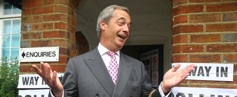 """Gb fuori da Ue. Farage: """"È Independence Day"""". Ma Cameron non si dimette. Borse al collasso"""
