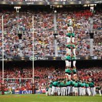 Barcellona, in centomila per la finale di rugby francese: spettacolo in campo e fuori