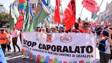 Caporalato, a Bari migliaia in corteo per dire basta: Crimine vergognoso, Renzi intervenga