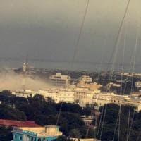 Mogadiscio, attacco all'hotel degli stranieri: un kamikaze salta in aria,
