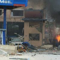 Mogadiscio, attacco all'hotel degli stranieri: kamikaze salta in aria, spari: