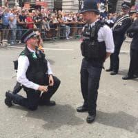 Londra Pride, tenerezza in divisa: le proposte di nozze dei due poliziotti