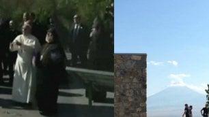 In volo verso il monte Ararat Francesco libera le colombe