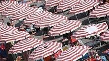 Con l'estate arriva  il caro ombrellone:  prezzi su del 2,4%