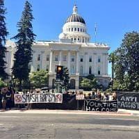 Sacramento, feriti durante le proteste contro il sit in di un gruppo neonazista