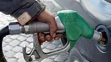 Benzina, prezzi fermi:  il petrolio cala, ma l'euro debole frena i benefici