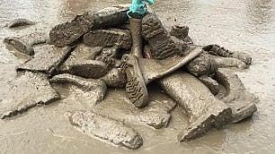 Le star affrontano il fango  Al festival con gli stivali di gomma