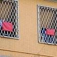 Brescia, contro femminicidi fazzoletti rossi dei detenuti sulle sbarre del carcere  foto