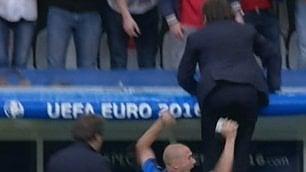 Segna Pellè, Conte imita Buffon esulta appeso alla panchina