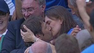 """La moglie del ct urla """"Ti amo"""" Conte corre da lei e la bacia"""