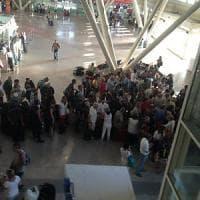 Meridiana, all'aeroporto di Olbia cancellazioni e voli in ritardo per agitazione dei...