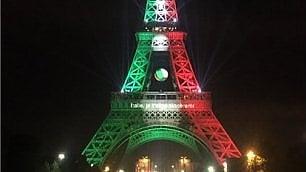 La Torre Eiffel si colora  con la bandiera italiana