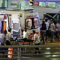 Istanbul, spari sulla folla ed esplosioni all'aeroporto Ataturk: almeno