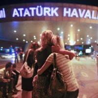 Attentato all'aeroporto di Istanbul: verifiche su presenza vittime italiane. Scalo torna...