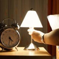 Risvegliarsi nel cuore della notte che tormento, le regole per riaddormentarsi in fretta