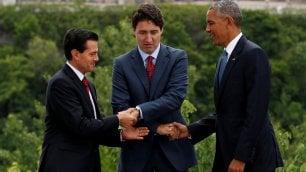 Obama, Trudeau e Nieto la stretta di mano è comica