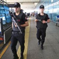 Turchia, 13 arresti per l'attacco all'aeroporto di Istanbul. Identificati i tre kamikaze