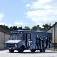 All'asta il furgoncino Swat di Banksy: venduto per 260 mila euro