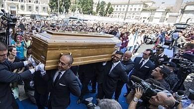 L'ultimo saluto a Bud Spencer  foto  folla per i funerali del gigante buono