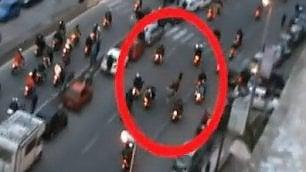 La corsa clandestina dei cavalli circondati da decine di moto